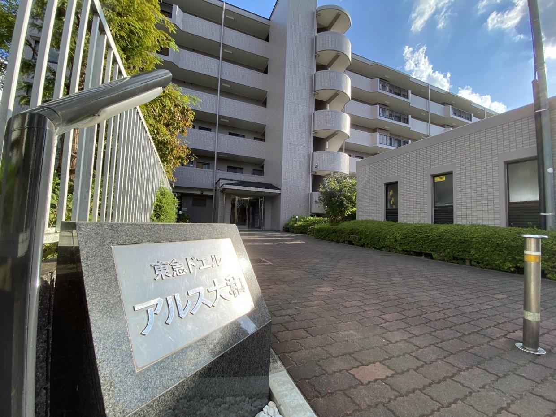 旧東急不動産分譲マンションで、その名残りがマンション名に残っています。